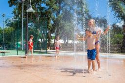 Jeux aquatiques pour les enfants au Camp du Domaine