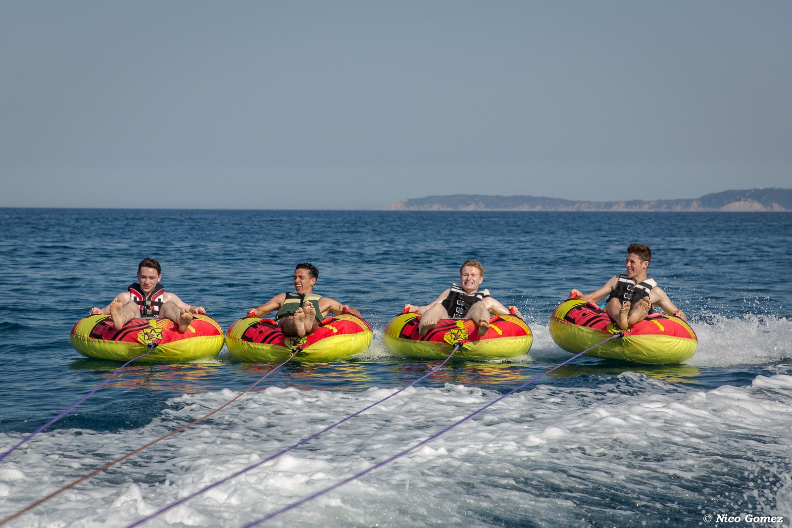 bouée tractée-sport-plage-vacances-soleil-activité-sortie-camp du domaine