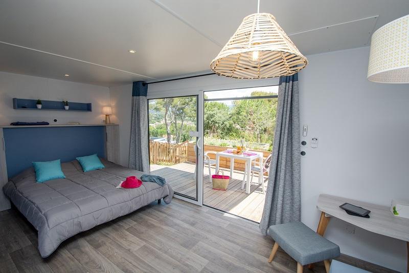chambre-terrasse-location-2 personnes-vacances-var-camp du domaine