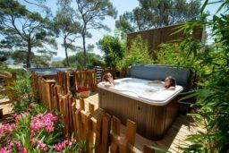 jacuzzi-location-camp du domaine-terrasse-var-vacances