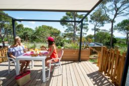 terrasse-location-2 personnes-camp du domaine-vacances-var