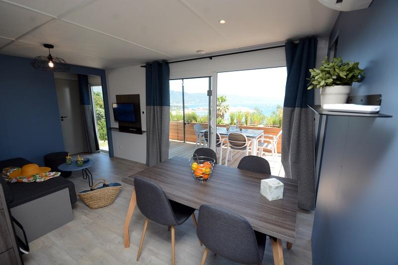 bungalow-moderne-luxe-vacances-bormes les mimosas-location-2 salle de bain-vue mer