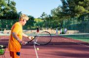 Cours de tennis au camping