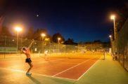 Cours de tennis en soirée