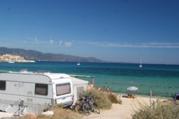 emplacement-camping-caravane-bord de mer-vue mer-luxe-camp du domaine