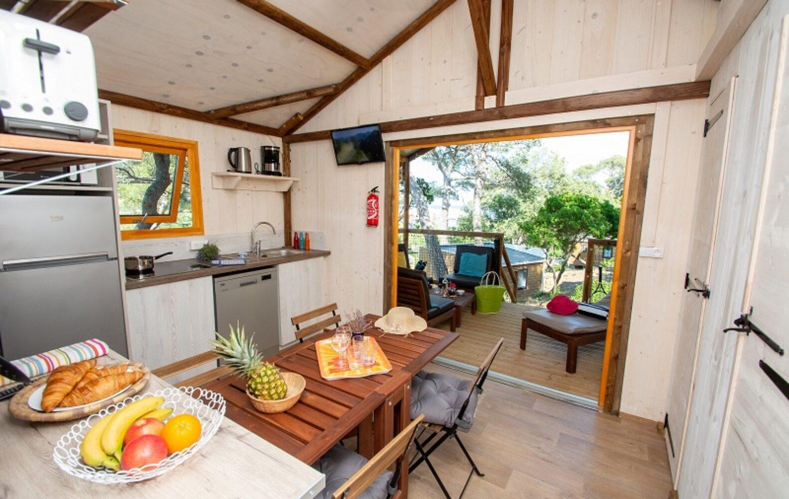 Cabane-Lodge-vue-sur-la-terrasse